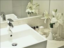 Napa Plaza Hotel: Superior bathroom